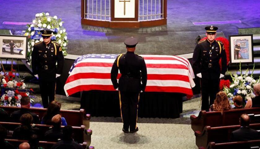 Miles de personas asistieron hoy a los funerales de 3 de los 5 policías muertos la semana pasada en Dallas (Texas), un día después de que el presidente, Barack Obama, y su predecesor en la Casa Blanca, George W. Bush, encabezaran una ceremonia de homenaje.