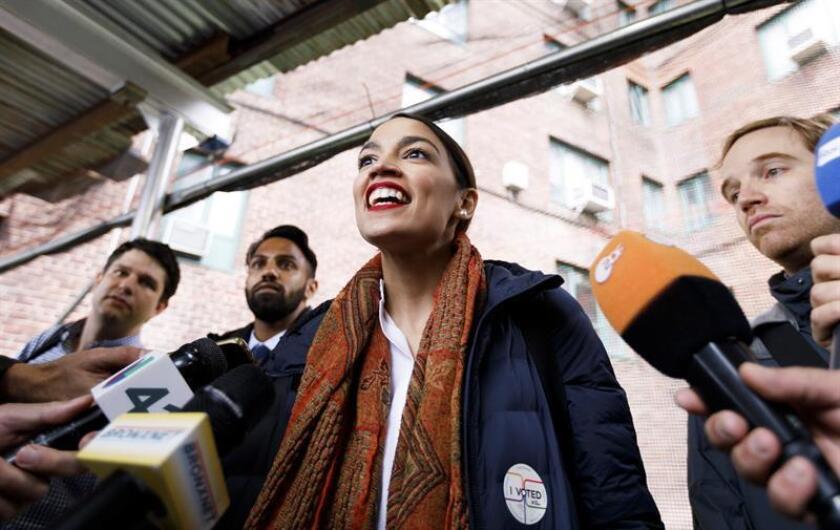 La candidata demócrata a la Cámara de Representantes por Nueva York, Alexandria Ocasio-Cortez (c), ofrece declaraciones a los medios de comunicación tras emitir su voto en el Bronx, Nueva York (Estados Unidos). EFE