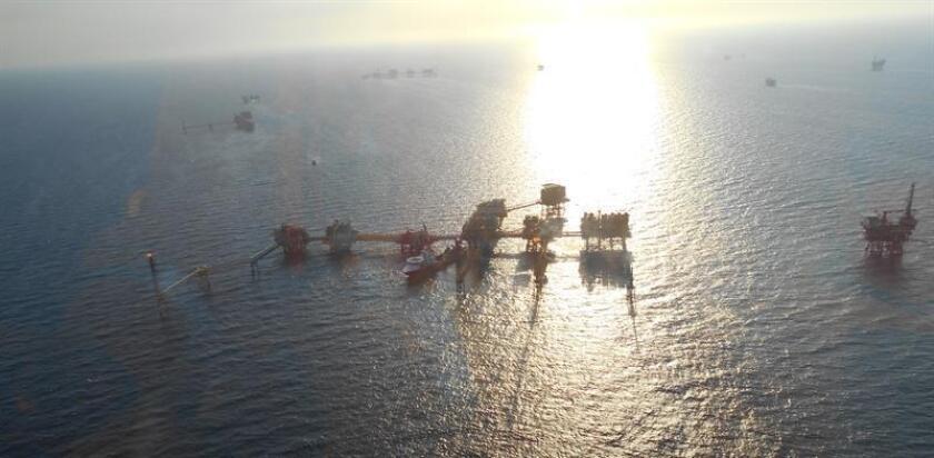 """Vista general de plataformas en la sonda petrolera de Campeche. Petróleos Mexicanos (Pemex) informó hoy que interpuso una denuncia tras conocer que un grupo de personas está cometiendo fraude fingiendo ser directivos de la empresa, diciendo que """"tienen autorización para vender a un precio preferencial todo tipo de hidrocarburos"""". EFE/Archivo"""