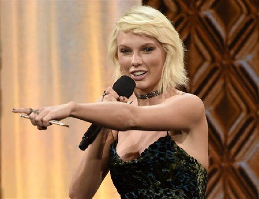 En esta imagen, tomada el 10 de mayo de 2016, Taylor Swift acepta un premio en la 64ta edición de los premios BMI Pop Awards en el Beverly Wilshire Hotel de Beverly Hills, California. (Photo by Chris Pizzello/Invision/AP, archivo)