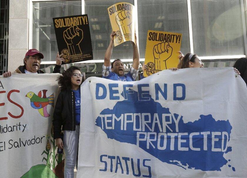 Corte permite a beneficiarios de TPS pelear el alivio tras cancelación