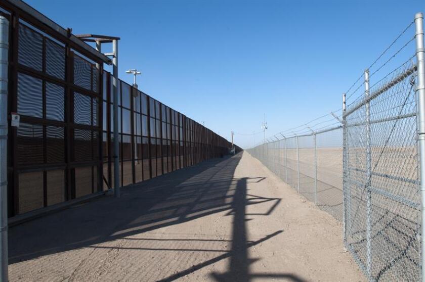 Fotografía de la triple valla que se extiende sobre nueve millas a lo largo de la frontera de San Luis (Arizona), 20 millas al sur de Yuma, con México este, viernes 27 de enero de 2017. EFE