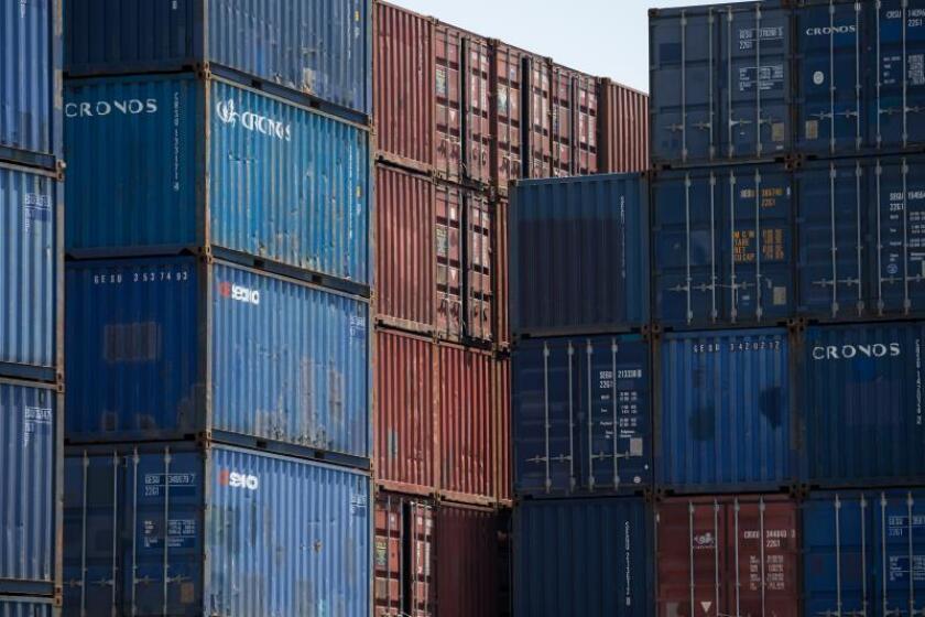 Contenedores permanecen almacenados en un puerto de EEUU. EFE/ Jerome Favre/Archivo