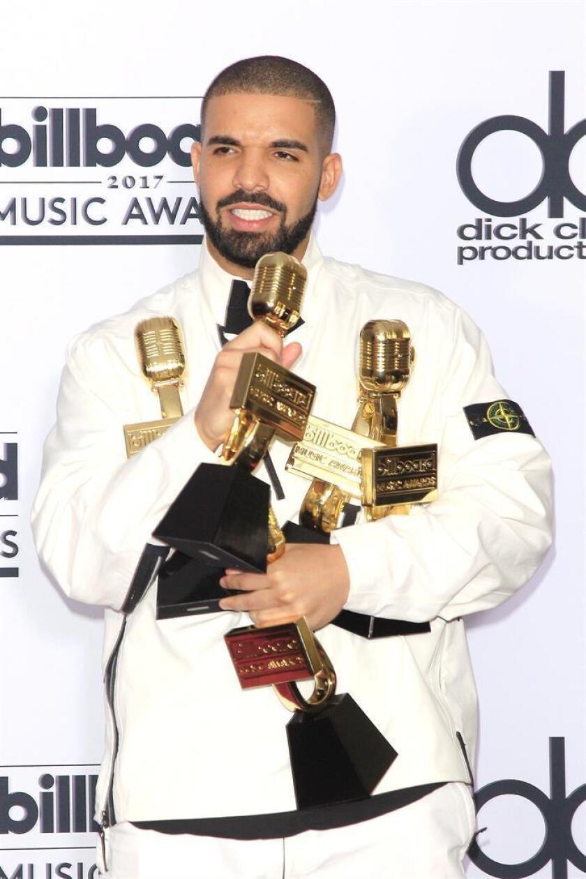 El rapero estadounidense Drake posa con sus premios Billboard. EFE/Archivo