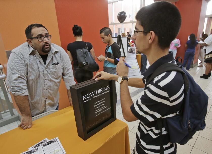 El Departamento de Trabajo informó que las solicitudes semanales para ayuda por desempleo bajaron. (AP Foto/Wilfredo Lee)