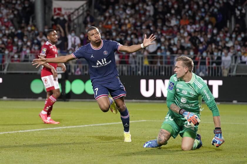 Kylian Mbappé (izquierda) del Paris Saint-Germain celebra tras anotar un gol ante Brest por la liga francesa