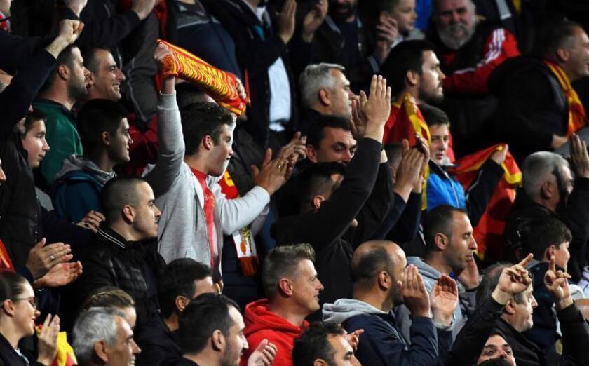 La afición montenegrina corea consignas durante el partido clasificatorio para la Eurocopa de 2020 contra Montenegro en Pogorica (Montenegro) el lunes 25. EFE