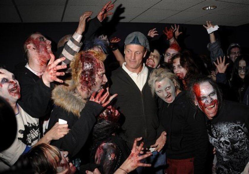 El actor Woody Harrelson posa junto a personas disfrazadas de zombies en una proyecci�special de 'Zombieland' en el cine AMC Empire de Nueva York el mi�oles 30 de septiembre del 2009. (Foto AP/Evan Agostini)