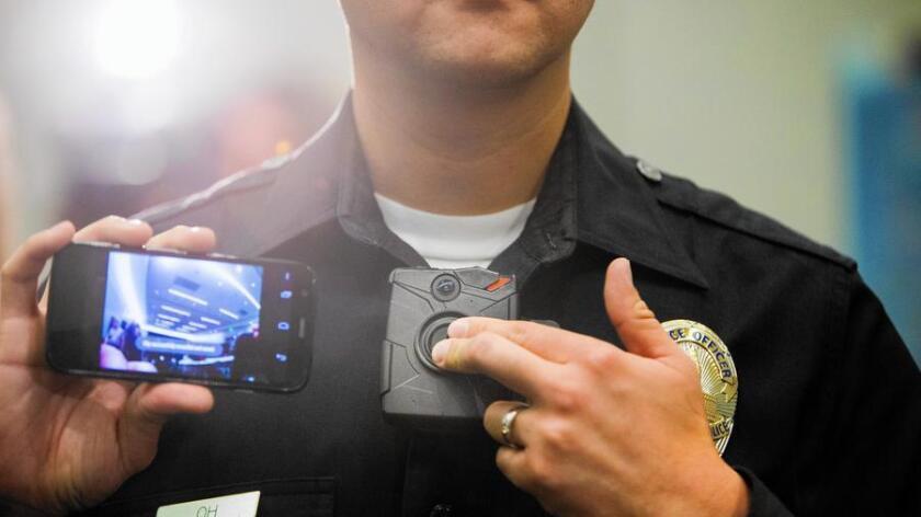 El oficial de LAPD Jin Oh, muestra un video producido por una cámara que lleva en el cuerpo. Algunos residentes han hecho preguntas acerca de las libertades privadas y civiles que emergerán del uso de los dispositivos.