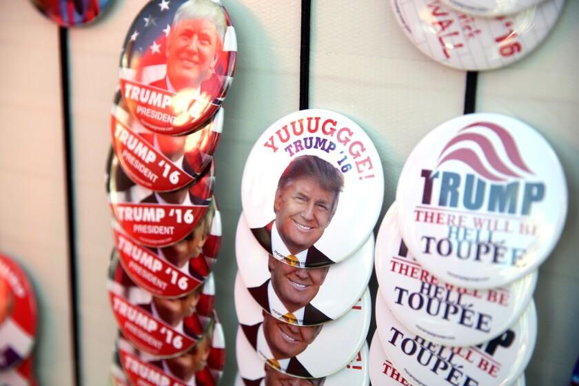 Botones de Donald Trump están a la venta en el Centro Dedmon en la Universidad Radford donde el aspirante presidencial republicano planeaba presentarse, el lunes 29 de febrero de 2016, en Radford, Virginia. (Stephanie Klein-Davis/The Roanoke Times via AP)