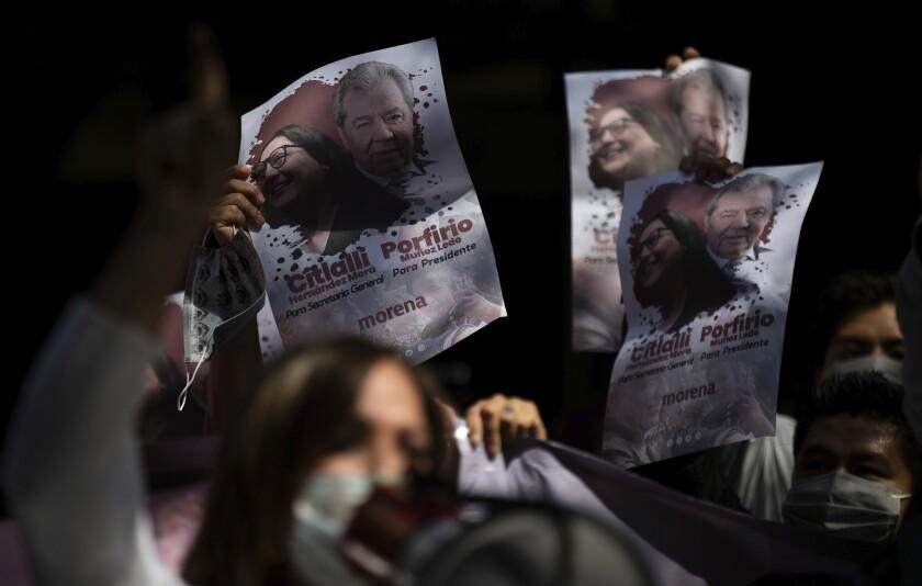 Partidarios de Porfirio Muñoz Ledo sostienen afiches