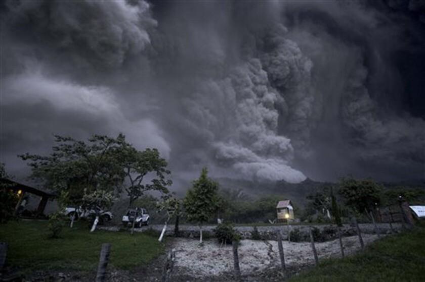 En esta imagen del 10 de julio de 2015, nubes de ceniza llenan el cielo tras una erupciÛn del volc·n Colima, conocido como el Volc·n de Fuego, cerca de la localidad de Comala, en mÈxico. El volc·n expulsÛ ceniza a m·s de 4 millas (7 kilÛmetros) de altura y algo de lava. Las autoridades establecieron un perÌmetro de seguridad de 5 kilÛmetros (3 millas) en torno al pico. (AP Foto/Sergio Tapiro Velasco)