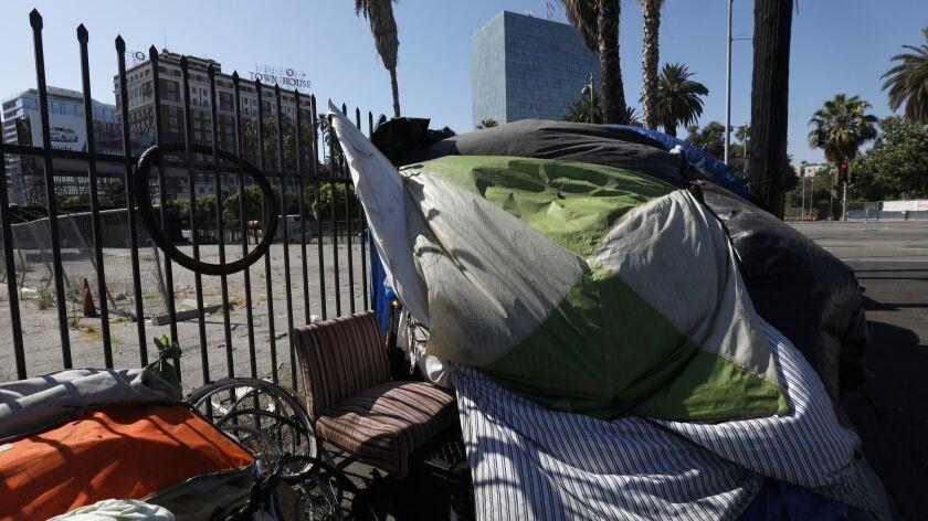 LOS ANGELES, CA August 3, 2018: Tents line the sidewalk across the street from Lafayette Park near