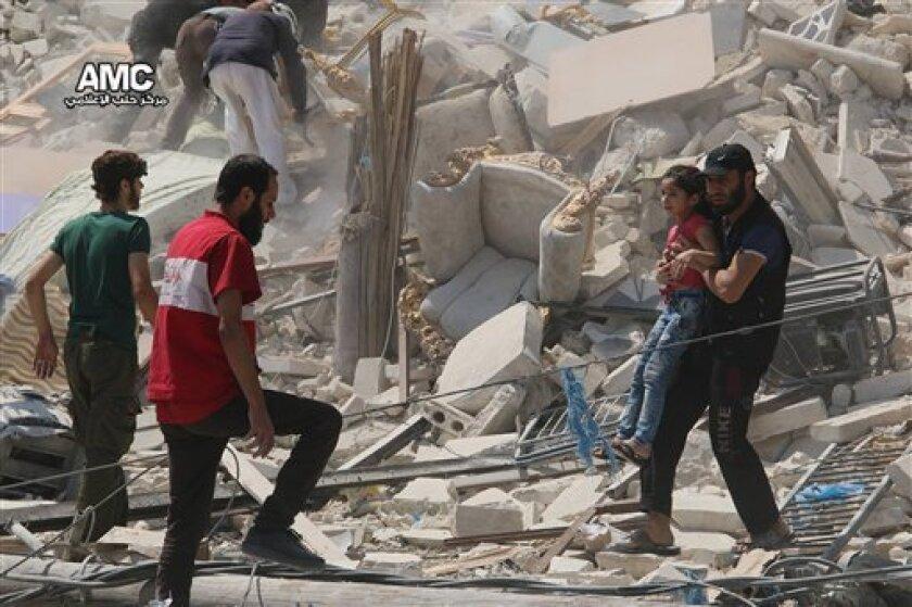 Al menos cinco empleados de una organización humanitaria médica murieron el martes por la noche en un ataque aéreo contra un centro sanitario en Siria, explicó el miércoles el grupo de gestiona las instalaciones.