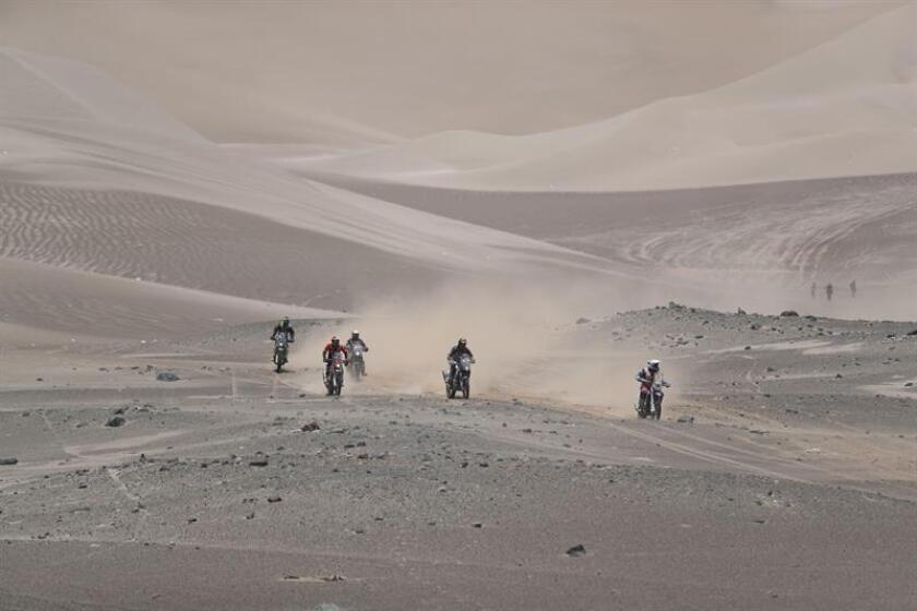 Motociclistas corren la sexta etapa del Rally Dakar 2019. EFE