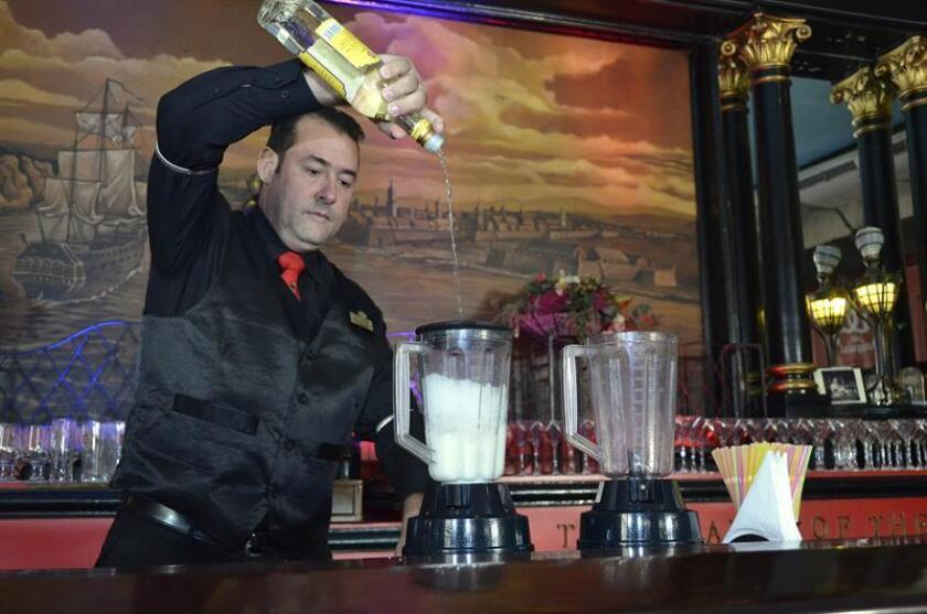 Vista de un bartender durante la realización de una bebida alcóholica. EFE/Archivo