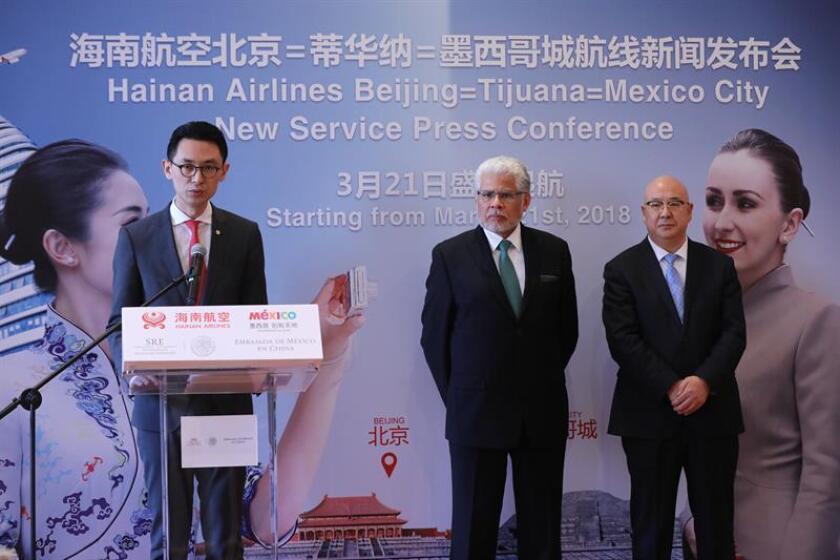 El vicepresidente comercial de Hainan Airlines, Jason Liu (i), interviene en presencia del embajador mexicano en China, José Luis Bernal (2d), y del vicedirector general del aeropuerto de Pekín, Du Qiang, durante el acto celebrado eb la Embajada de México en Pekín para anunciar el lanzamiento de un vuelo de Pekín a México DF con escala en Tijuana, en Pekín (China), hoy, 2 de febrero de 2018. EFE