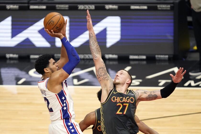 Tobias Harris, de los 76ers de Filadelfia, a la izquierda, ejecuta un lanzamiento sobre Daniel Theis, de los Bulls de Chicago, durante la segunda mitad del partido de la NBA en Chicago, el lunes 3 de mayo de 2021. (AP Foto/Charles Rex Arbogast)