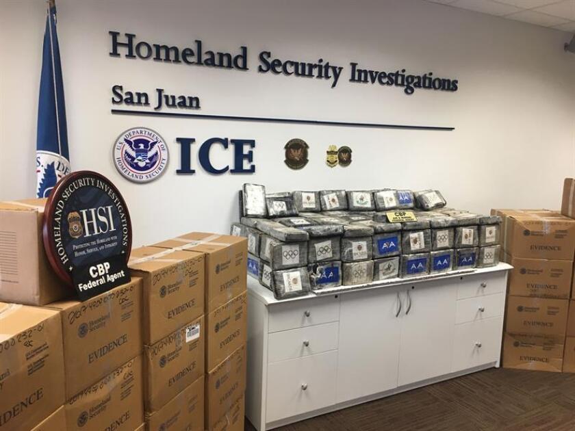 Paquetes de cocaína decomisados a narcotraficantes en el norte de Puerto Rico, que suman un total de 1.608 kilos, fueron presentados el miércoles 29 de marzo en la oficina del ICE en San Juan (Puerto Rico). EFE/Archivo