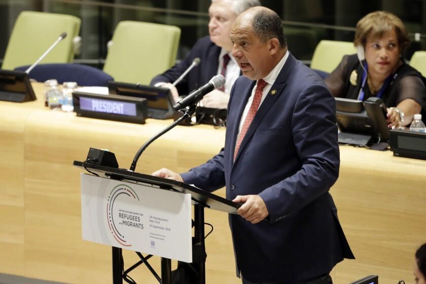 El presidente de Costa Rica Luis Guillermo Solís habla el lunes 19 de septiembre del 2016 ante una cumbre de refugiados en Naciones Unidas, Nueva York. (Foto AP/Richard Drew)