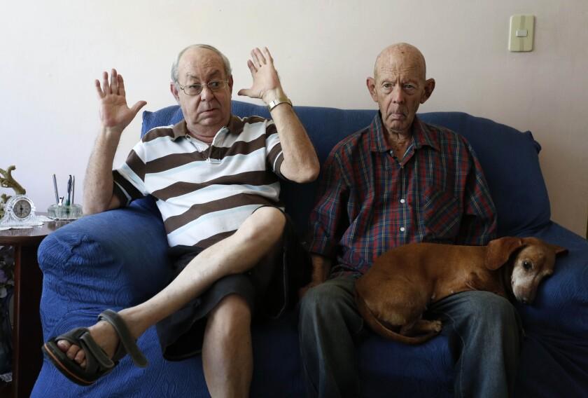 Otto Macías (der), veterano de la guerra de Vietnam que demandó a Estados Unidos para que le haga llegar su pensión a Cuba, fotografiado el 4 de febrero del 2016 junto a su hermano Humberto, con quien vive en La Habana. (AP Photo/Desmond Boylan)