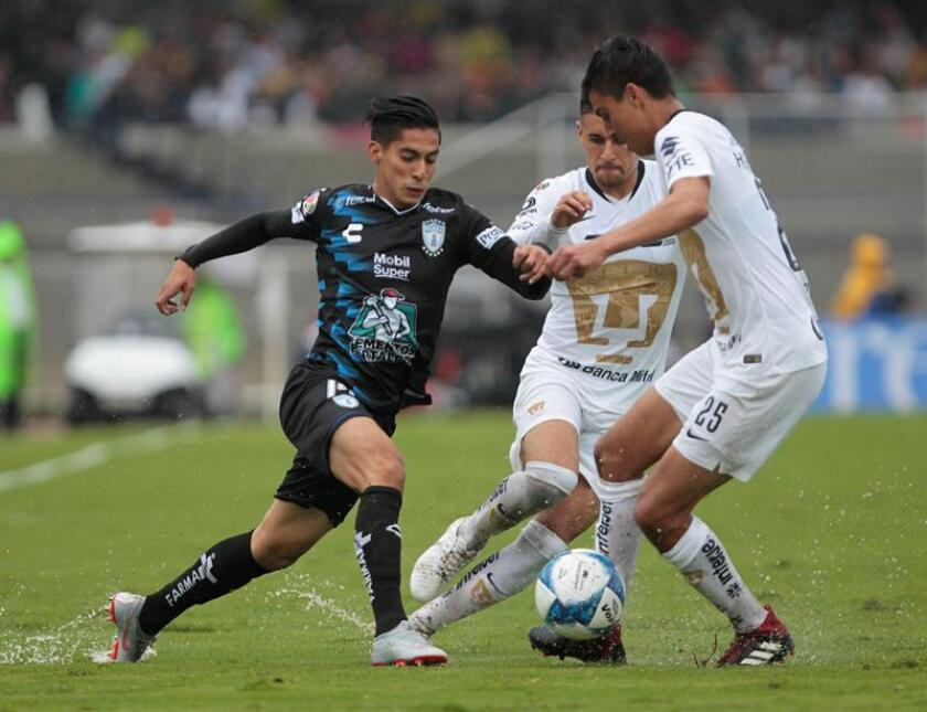El jugador de Pumas, Rosario Cota (d), disputa el balón con Érik Aguirre (i), del Pachuca, durante el partido de la cuarta jornada del torneo mexicano de fútbol, celebrado en el estadio Olimpico Universitario, en Ciudad de México (México) hoy, domingo 12 de agosto de 2018. EFE