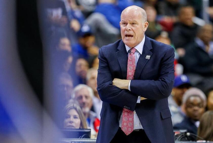El entrenador de Orlando Magic, Steve Clifford, observa el lunes 12 de noviembre de 2018, durante un partido de baloncesto de la NBA entre Orlando Magic y Washington Wizards, en el CapitalOne Arena de Washington, DC (EE. UU.). EFE/Archivo