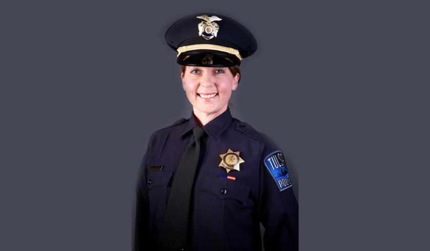 Fotografía sin fecha facilitada por el Departamento de Policía de Tulsa, Oklahoma, en la que se ve a la agente blanca Betty Shelby, quien mató de un disparo al afroestadounidense Terence Crutcher, de 40 años, en una calle el 16 de septiembre de 2016. La fiscalía en Tulsa, Oklahoma, acusó el jueves 22 de septiembre de 2016 a Shelby de homicidio involuntario en primer grado por haber matado a Crutcher quien estaba desarmado. (Departamento de Policía de Tulsa vía AP, Archivo)