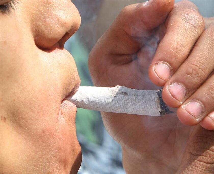 Fotografía fechada el 20 de diciembre de 2012, muestra a un hombre consumiendo un cigarrillo de marihuana, en Ciudad de México (México). EFE
