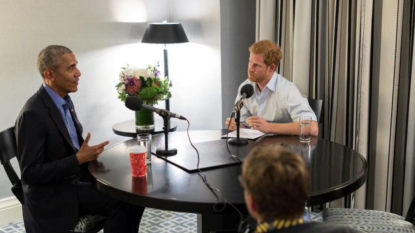 El príncipe Enrique de Inglaterra (d) entrevista al ex presidente estadounidense Barack Obama para un programa de radio.