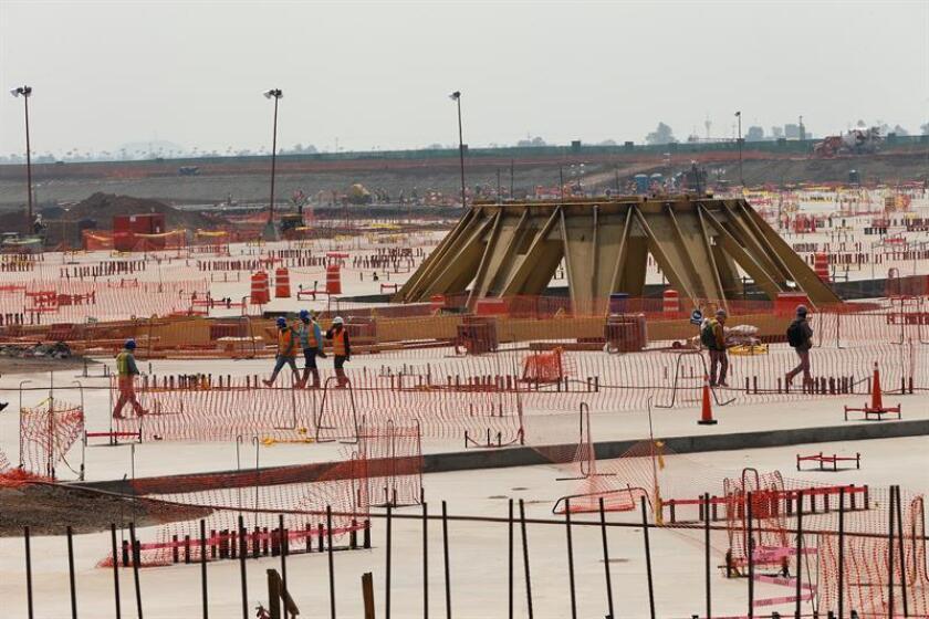 El 43 % de los mexicanos considera que continuar la construcción del Nuevo Aeropuerto Internacional de México (NAIM) es la mejor opción en la consulta sobre su futuro que promueve el presidente electo, Andrés Manuel López Obrador, señaló hoy un estudio de la firma De las Heras Demotecnia. EFE/ARCHIVO