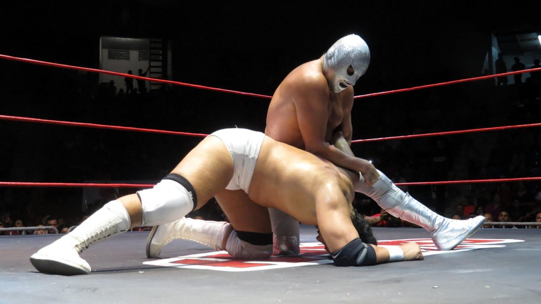 """""""¡Santo, Santo, Santo!"""" se escuchaba en el inmueble de Tijuana, que abarrotado fue testigo del inicio de una carrera que promete enaltecer aún más la historia del legendario gladiador."""