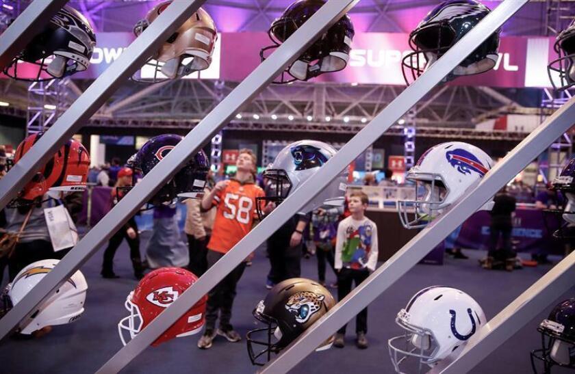 Cascos de los equipos de la NFL son exhibidos en la Experiencia de aficionados de la NFL hoy, jueves 1 de febrero de 2018, en el Centro de Convenciones de Mineápolis, Minnesota (EE.UU.). EFE/Tannen Maury