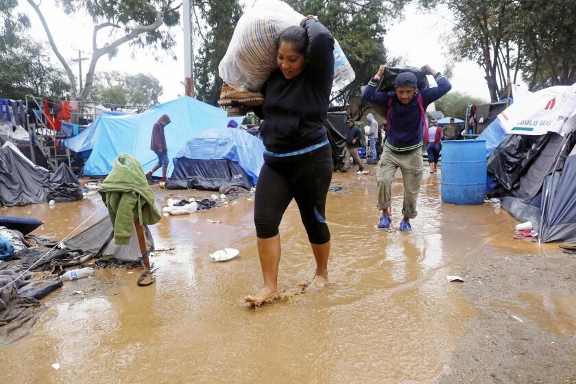 Con la lluvia fría la tierra que cubre todo se transformó en lodo y empeoró las condiciones para los migrantes que aspiran a llegar a Estados Unidos.