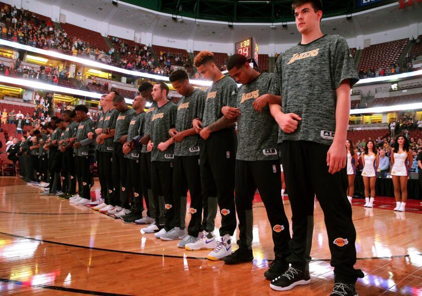 Los jugadores de los Lakers se reúnen para escuchar el Himno Nacional antes del juego contra los Kings hoy, martes 4 de octubre de 2016, durante su partido de pretemporada de la NBA en el Honda Center en Anaheim, California (EE.UU.). EFE/MIKE NELSON / PROHIBIDO SU USO POR CORBIS ** Usable by HOY and SD Only **