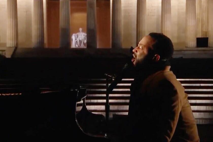 John Legend sings at the Lincoln Memorial