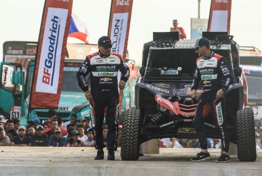 Fotografía del 6 de enero de 2019 del chileno Ignacio Casale (d) y su copiloto Americo Aliaga (i) en la salida del rally Dakar en Lima (Perú). EFE