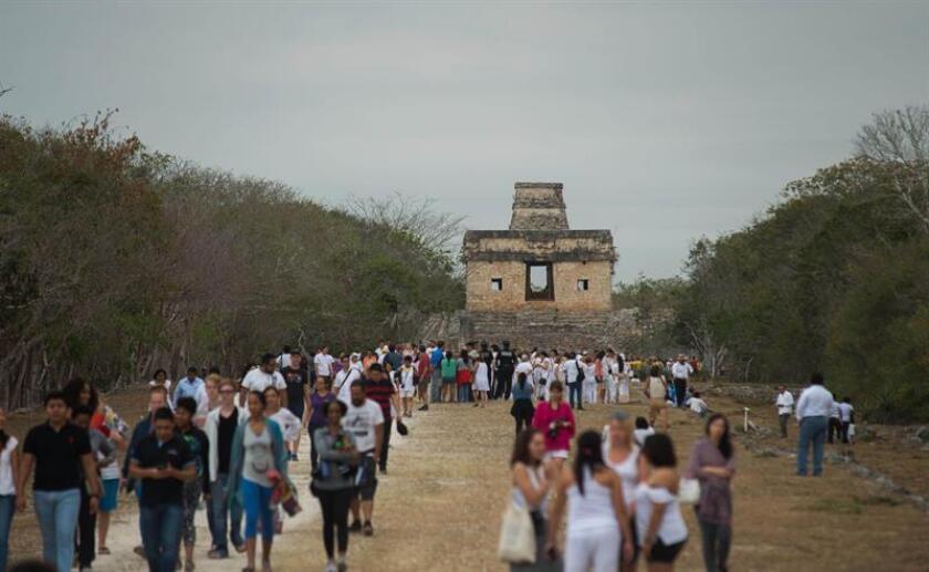 Cientos de turistas nacionales e internacionales se retiran al no poder observar el espectáculo del equinoccio de primavera a través del Templo de las Siete Muñecas hoy, miércoles 21 de marzo de 2018, en Dzibilchaltún, zona arqueológica localizada al norte de Mérida, en el estado mexicano de Yucatán (México). EFE