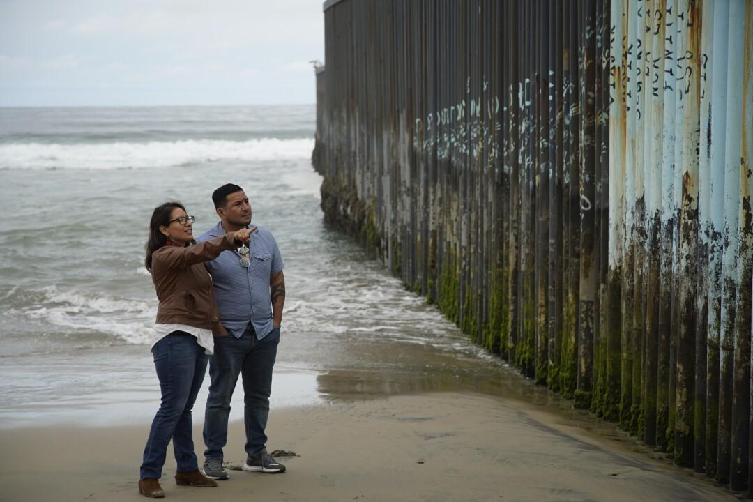 An ihrem letzten Tag in Mexiko besuchen Dulce Garcia und ihr Bruder Edgar Garcia den Grenzzaun in Playas de Tijuana