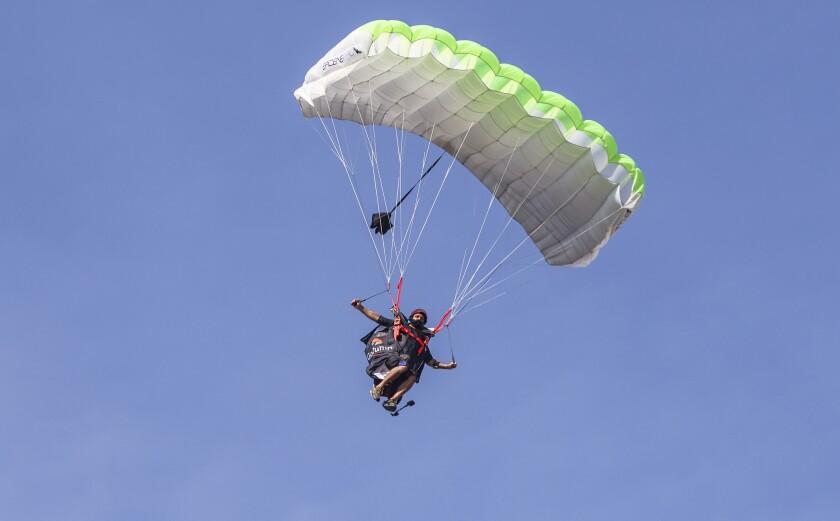 Mistrz świata Chris Geller, mistrz świata w kostiumie skrzydeł, wraca na Ziemię po locie w kostiumie skrzydeł.
