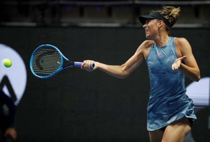 La tenista rusa Maria Sharapova devuelve la bola a la australiana Daria Gavrilova, durante el partido del torneo de San Petersburgo (Rusia). EFE