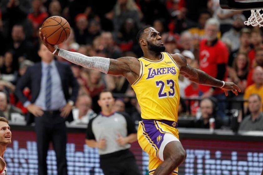 El alero de los Lakers LeBron James en acción, durante un partido de NBA disputado entre los Portland Trail Blazers y Los Ángeles Lakers, en el Centro Moda de Portland, Oregon (EE.UU.). EFE