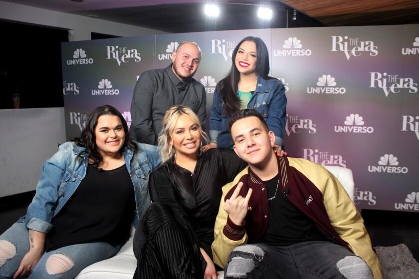 """De izq. a der., abajo, Janicka, Chiquis y Johhny; y arriba, Mike y Jacqie. Todos ellos estuvieron presentes durante un evento de prensa destinado a promocionar el 'reality' """"The Riveras""""."""