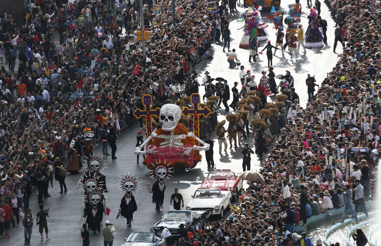Decenas de miles de personas siguen la procesión del primer desfile del Día de Muertos en la avenida Reforma de la Ciudad de México, el sábado 29 de octubre de 2016. (AP Foto/Marco Ugarte)