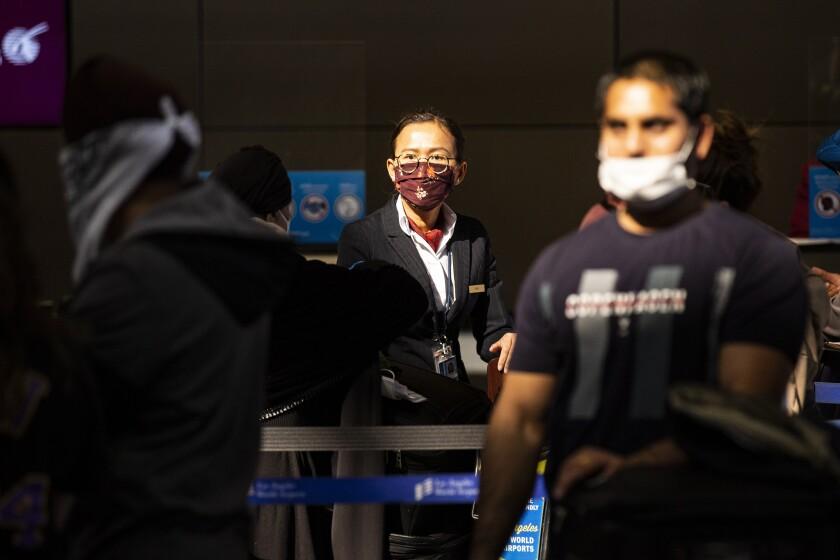Pasajeros hacen fila para documentar su equipaje en el Aeropuerto Internacional Tom Bradley