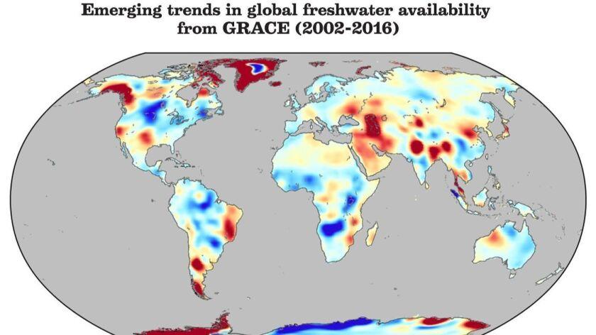 La distribución de agua dulce de la Tierra ha cambiado rápidamente desde 2002. Los tonos progresivamente más profundos representan los promedios de cambio más grandes y problemáticos (Jay Famiglietti / especial para The Times).
