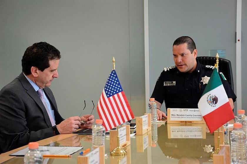 Fotografía cedida por la Policía Federal hoy, miércoles 8 de noviembre de 2017, que muestra al comisionado general de la Policía Federal, Mtro. Manelich Castilla (d), durante una reunión con el agregado jurídico del Buró Federal de Investigación (FBI), Carlos Cases (i), en Ciudad de México (México). EFE/POLICÍA FEDERAL/SOLO USO EDITORIAL
