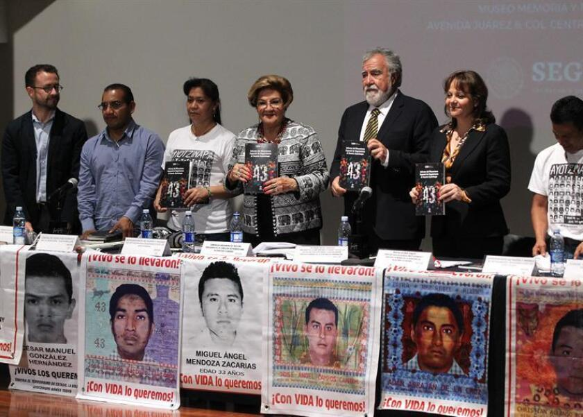 La presidenta de la Comisión Interamericana de Derechos Humanos, Esmeralda Arosamena (c), y el subsecretario de Derechos Humanos, Migración y Población, Alejandro Encinas (3d), participan en la entrega, de resultados del Mecanismo de Seguimiento para el caso Ayotzinapa, este lunes, en Ciudad de México (México). EFE