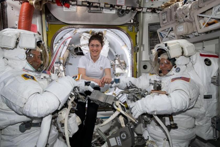 La astronauta de la NASA Christina Koch (c) ayuda a sus compañeras, Nick Hague (i) y Anne McClain (d) con sus respectivos trajes antes de iniciar la primera incursión espacial de sus carreras, el pasado 22 de marzo a bordo de la Estación Internacional Espacial (ISS, por sus siglas en inglés). EFE/ Nasa FOTO CEDIDA? SÓLO USO EDITORIAL? PROHIBIDA SU VENTA