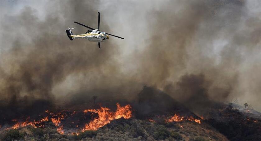 Un incendio fuera de control que se declaró hoy en un área montañosa del condado californiano de San Bernardino, a unos 115 kilómetros al noreste de Los Ángeles, arrasó más de 3.600 hectáreas y forzó la evacuación de al menos 82.000 residentes de más de 34.500 viviendas. EFE/ARCHIVO